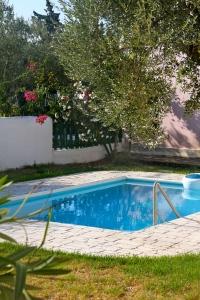 Private pool, Periyali